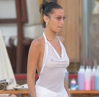 Bella Hadid topless (roupa transparente sem soutien)