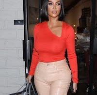Kim Kardashian essencialmente topless (roupa transparente)