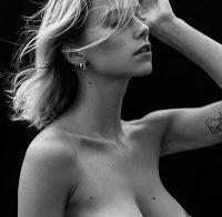 Coline Aulagnier em fotos a preto e branco