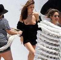 Miranda Kerr topless depois de roupa cair