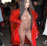 Tinashe semi-nua em roupa transparente
