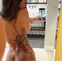 Charlotte Crosby exibe tatuagens semi-nua