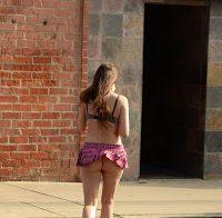 Alicia Arden com o rabo de fora em mini saia