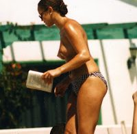 Angela Griffin topless a apanhar banhos de sol