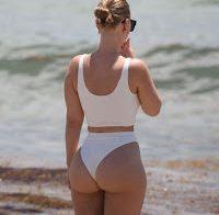 Bianca Elouise exibe rabo na praia