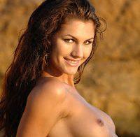 26 fotos sensuais de mulheres peladas na praia