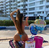 Claudia Romani celebra aniversário em micro-biquíni