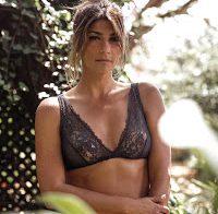 Isabel Figueira mostra mamas de lingerie transparente