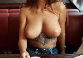 Liya Silver nua e a exibir as suas belas mamas