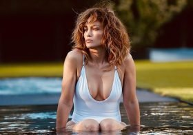 Jennifer Lopez exibe mamas aos 51 anos