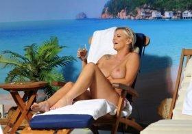 Kerry Katona topless em ensaio sensual
