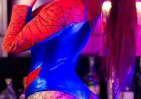 Diana Zambrozuski mostra rabo a fazer cosplay
