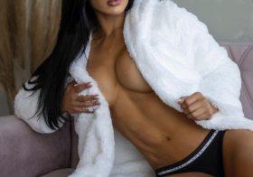 Modelo fitness Eva Andressa semi-nua nas redes sociais